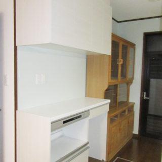 背面収納が充実し圧迫感を解消したキッチン