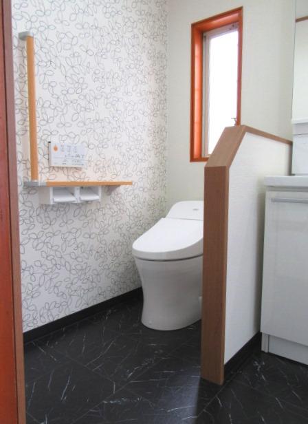 トイレと洗面が一体となって広々したサニタリールーム