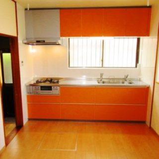 オレンジが美しく映える明るいキッチン