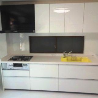 キッチンと内装をホワイトでコーディネイトした明るいキッチン
