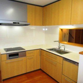 木目とホワイトのコントラストが美しいキッチンと暖かい浴室空間