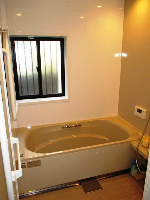美しい光沢のアクリル人工大理石浴槽「タカラ・レラージュ」の浴室リフォーム