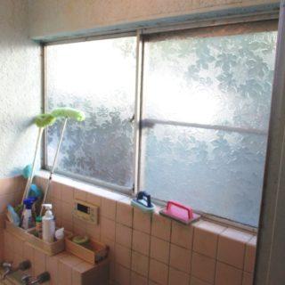 既設の窓を壊さずに窓をサイズダウンした浴室リフォーム