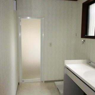 イスに座りメイク可能な洗面とステンレス浴槽とホーロー壁パネルの浴室