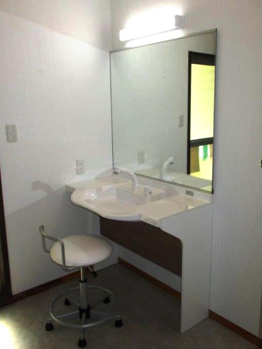 車椅子対応の座れる洗面台と窓枠のリフォーム