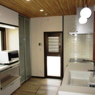 タイルが美しい対面式キッチン